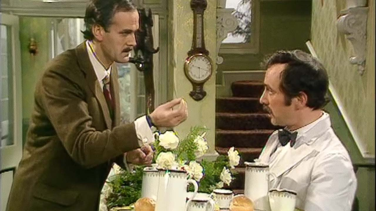 Fawlty Towers: Too much butter … – Manuel spanyol nyelvleckét ad Basil-nek :)